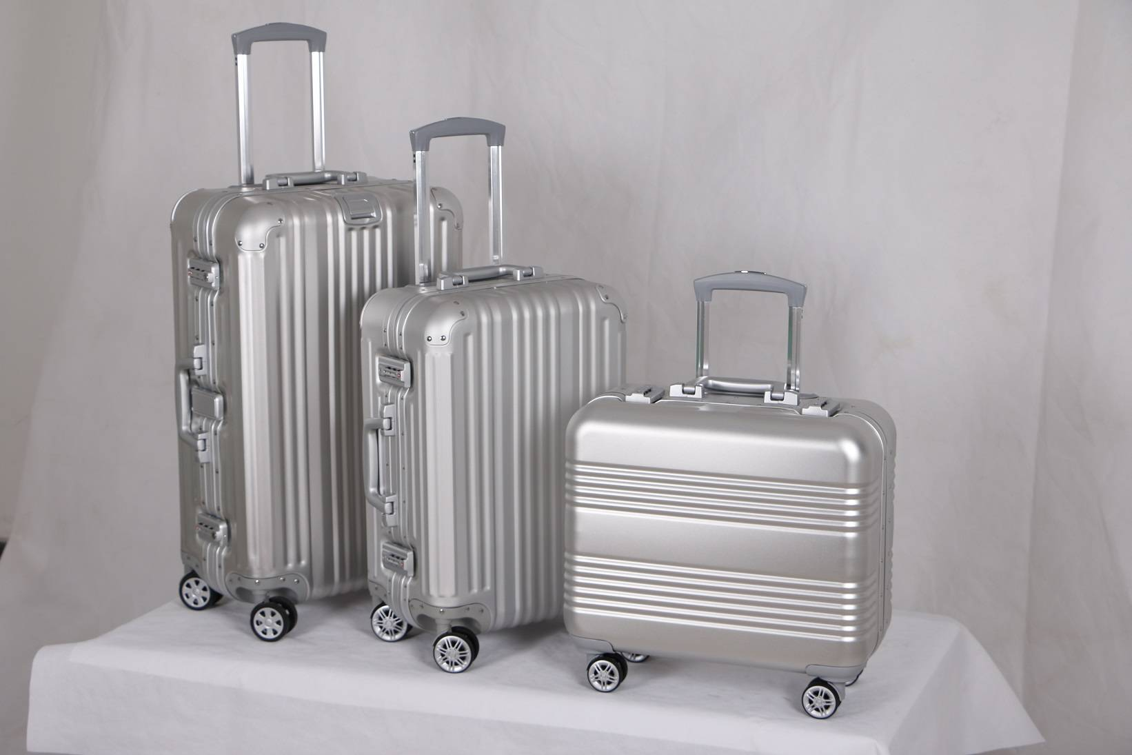 China Manufacturer Hot Sale Smooth Sliver Aluminum Trolley Suitcase Luggage Case