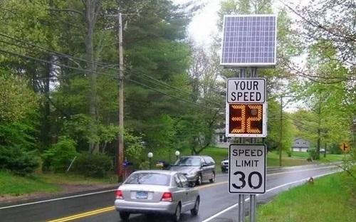 Solar traffic speed sign