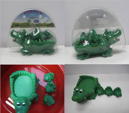 VINYL crocodile bath toy set packed into blister