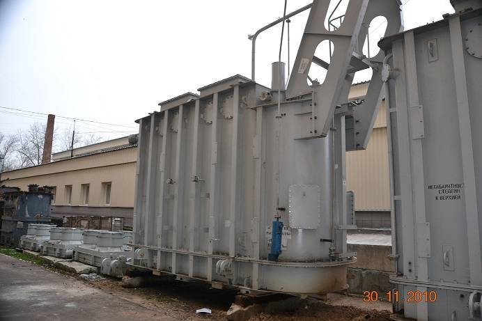 Three-phase three-winding oil-immersed 110 and 220 kV transformers with on-load voltage regulation