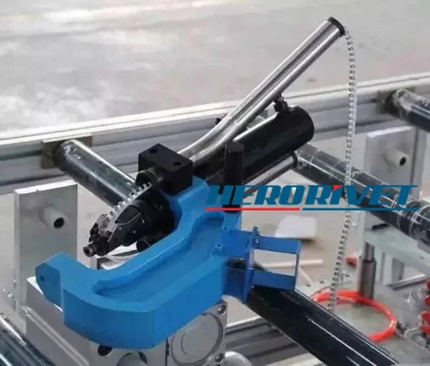 Self-piercing riveting machine ladder piercing riveting machine portable piercing machine