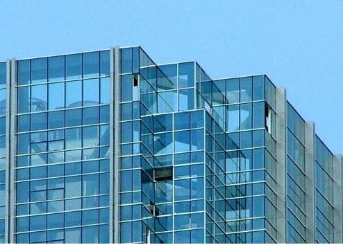 Stained low-e coated glass for building