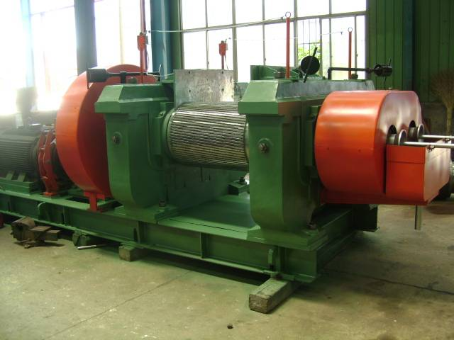 Rubber crushing machine