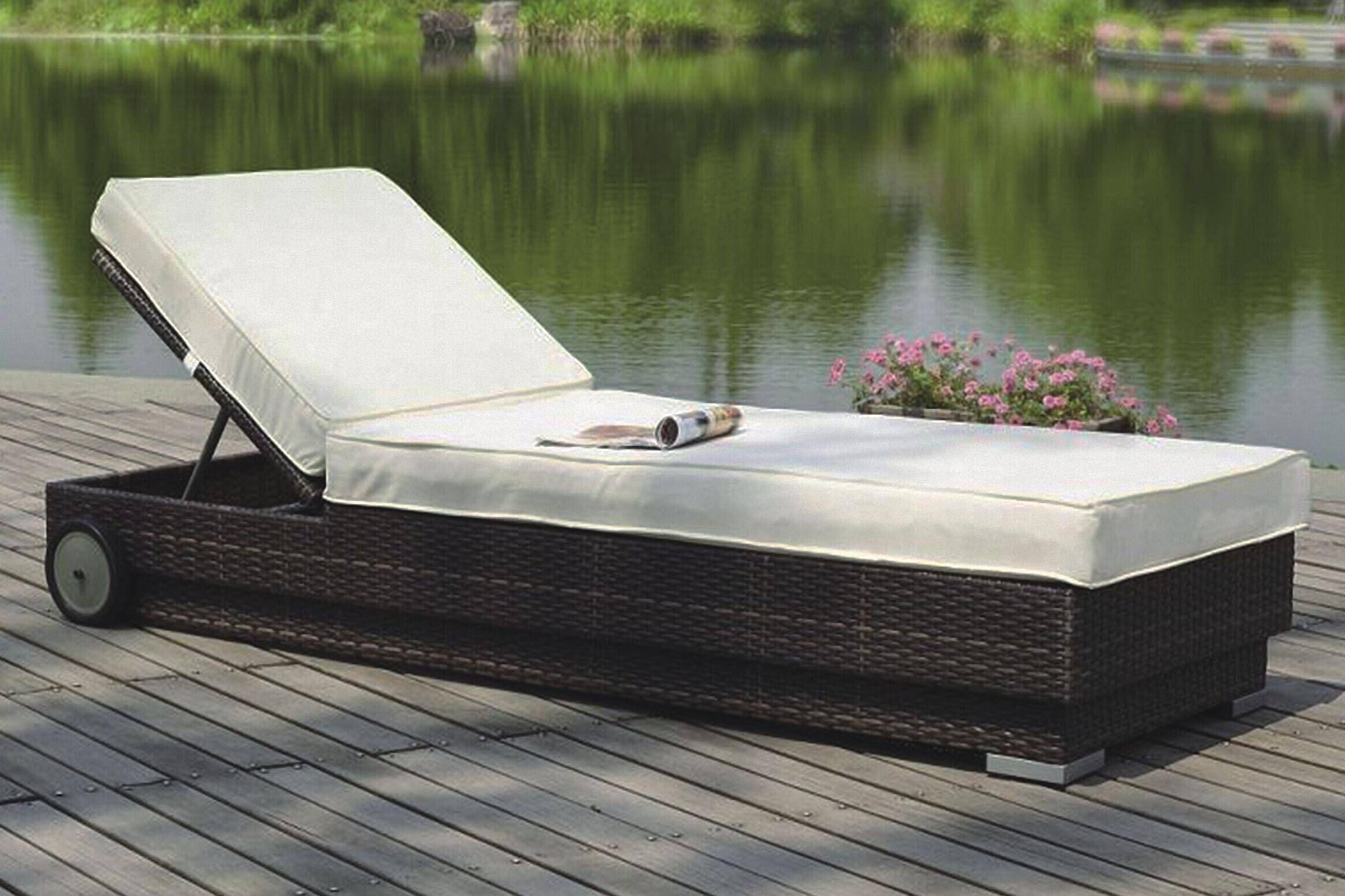 Garden chaise sun lounge with aluminum frame and PE rattan