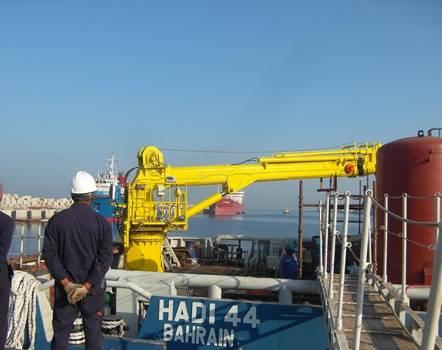 Hydraulic telescopic crane for marine ship