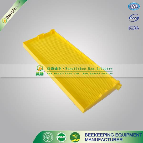 Plastic comb foundation for beekeeping equipment