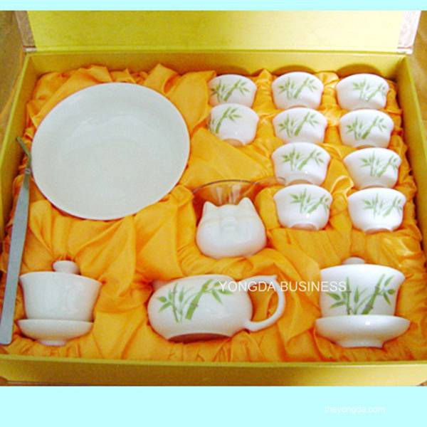ceramic / porcelain / bone china tea set / tea cups and pot