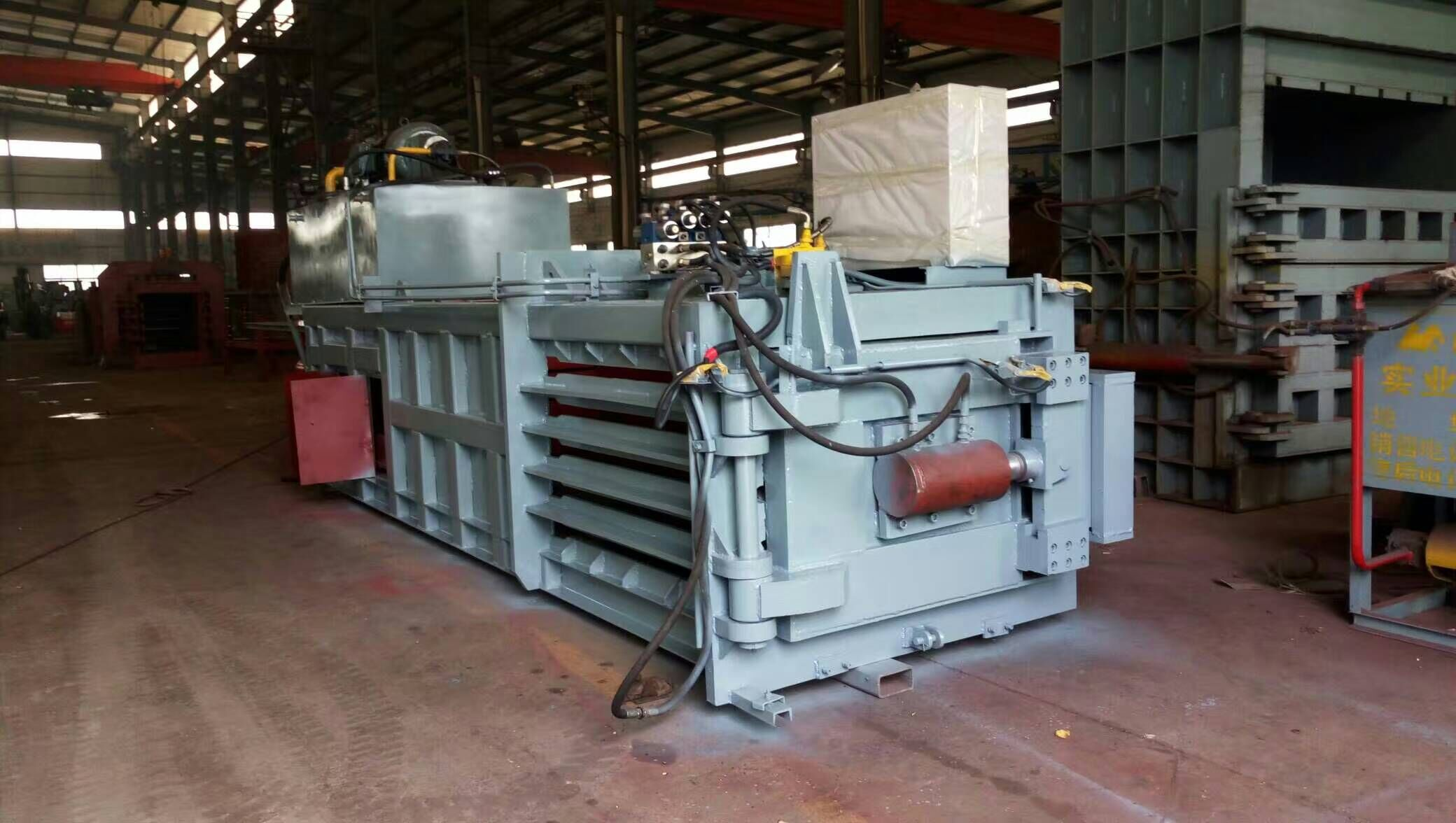 Cloosed door baler for plastic