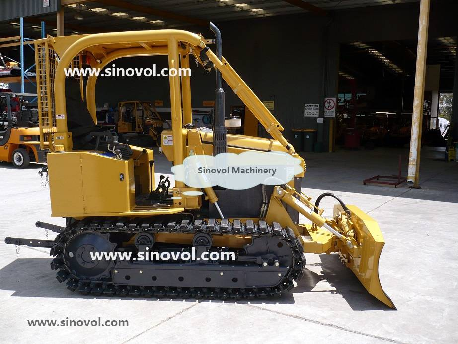 Crawler tractor with front blade