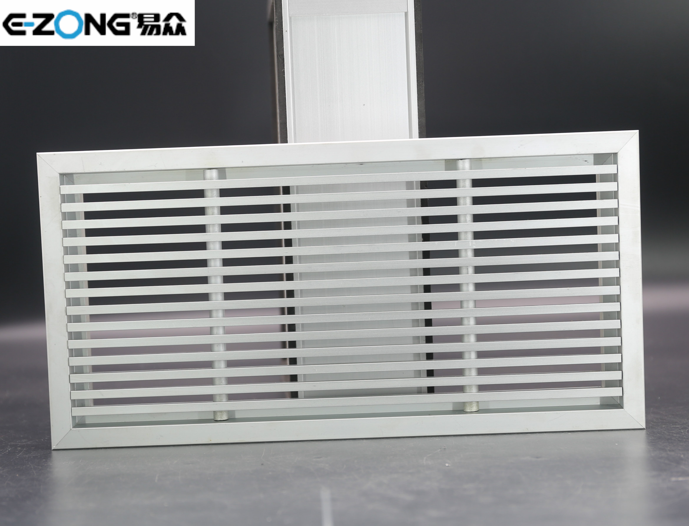 Floor air grille with 0° angle blades