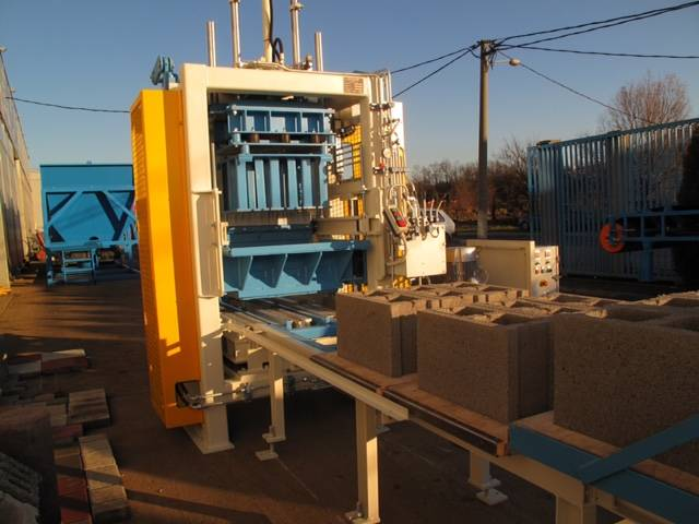 Stationary concrete block making machine SUMAB E-300