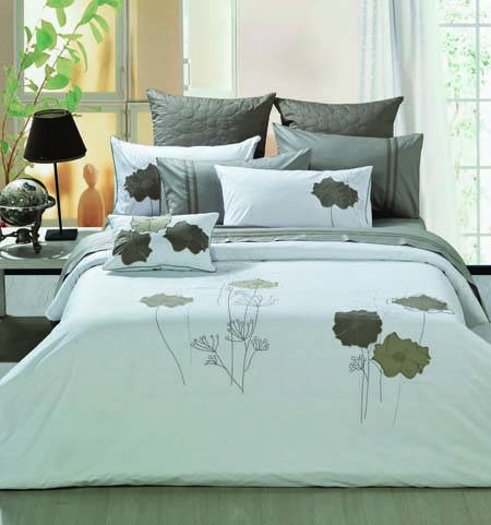 quality cotton fashion and elegent pleat embroidery quilt set