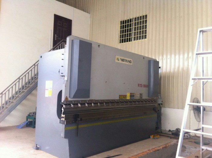 press brake for bending metal sheet into angle