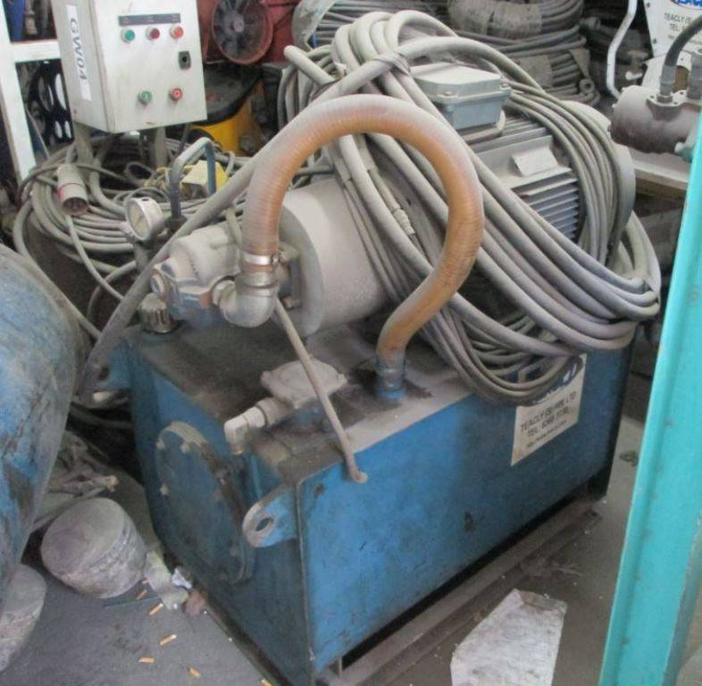Used spin caster C/W Tripod & Winch (Power Pack and Accessories)
