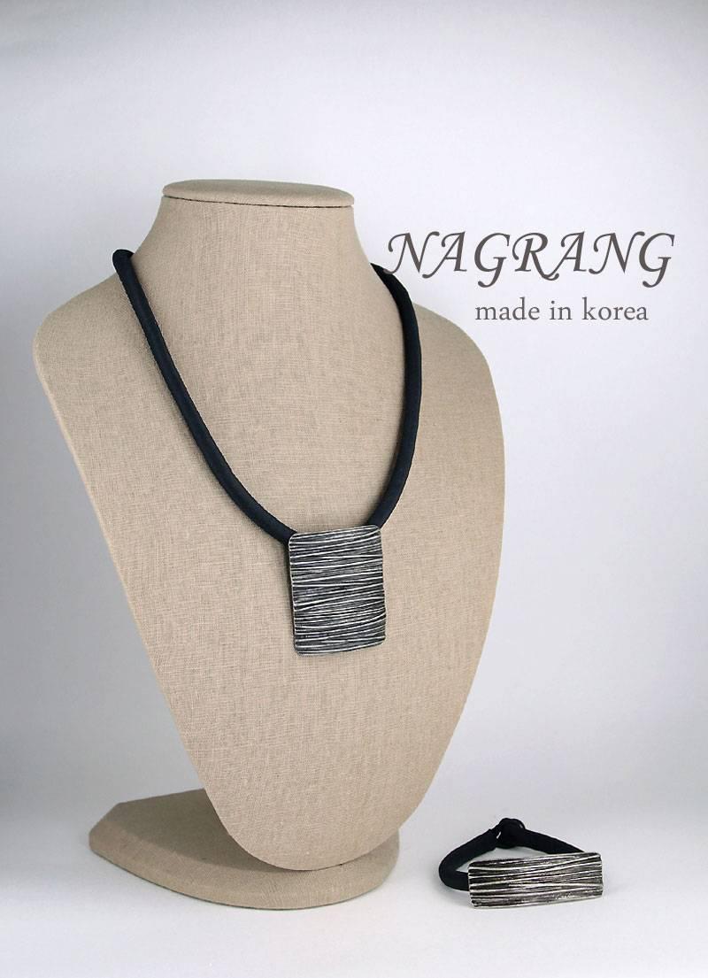 Horizontal striped metal necklace and bracelet set