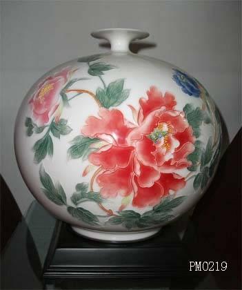 Porcelain vase with Lacquer Thread Sculpture