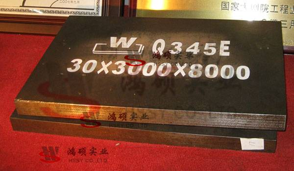Low alloy and high strength steel plate